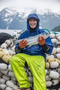Pescador de salmon salvaje feliz