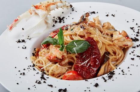 Espaguetis con bacalao y cangrejo
