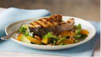 Filete de salmón salvaje con ensalada de naranja y aguacate