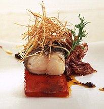Bacalao negro con cebolla caramelizada, pimientos braseados y puerro